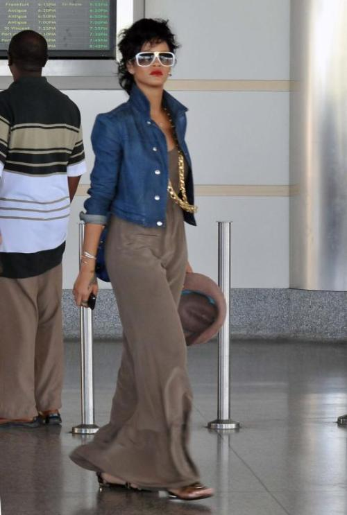 picimg_rihanna_spotted_at_b40c