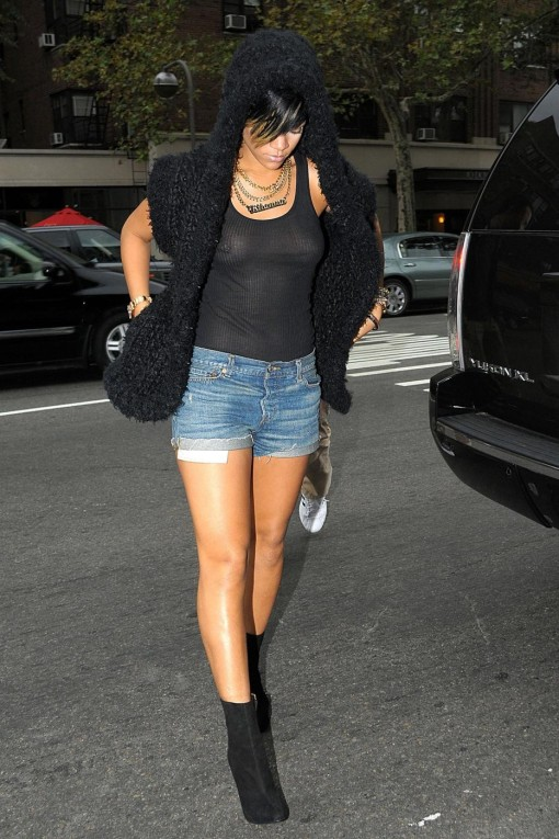 rihanna-nipple-ring-34196PCN_Rihanna02